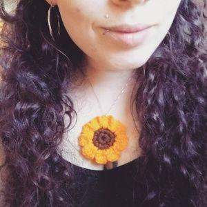 Stunning NWT Crochet sunflower necklace